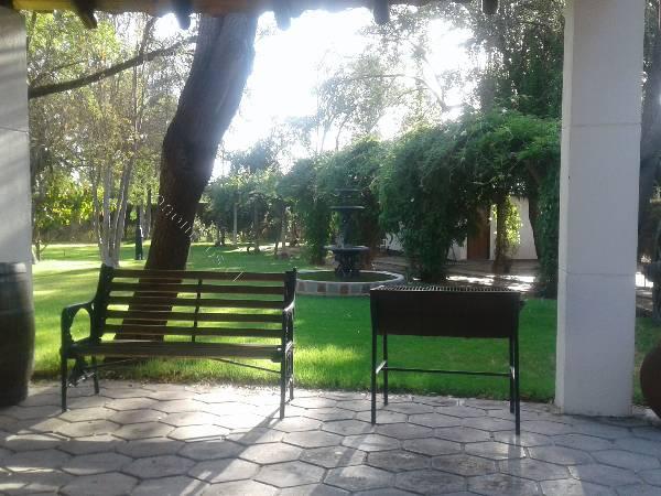se vende acogedora casa en hermoso parque.