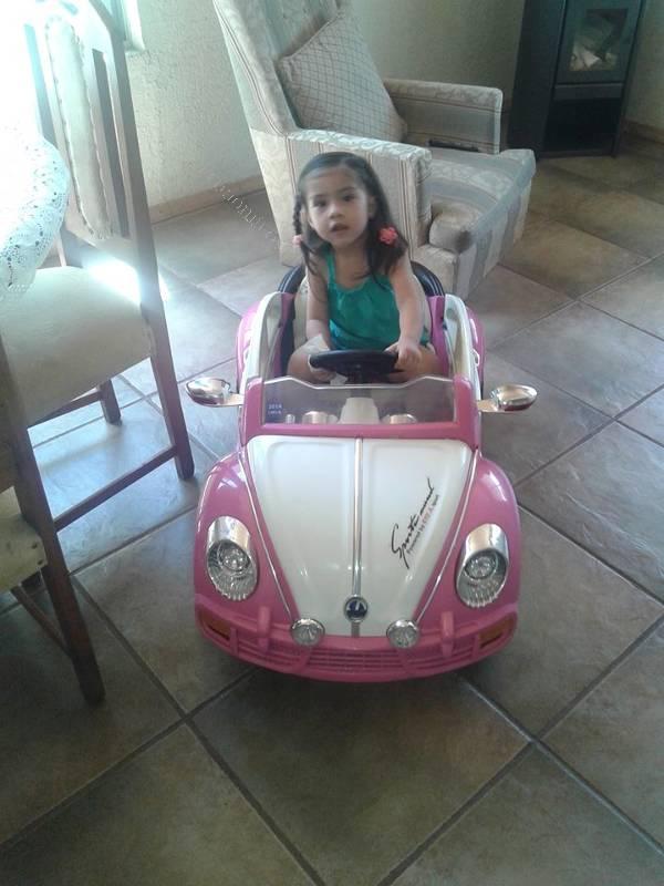 Vendo vehiculo infantil a bateria con control remota for Vendo jardin infantil 2015